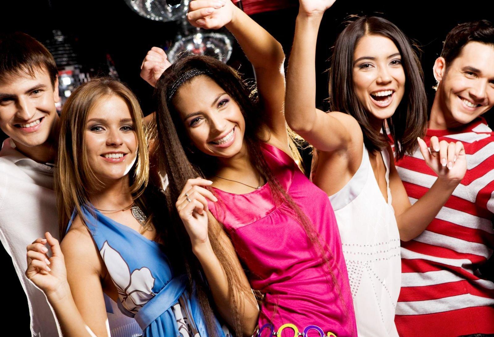 фото симпатичные девушки в клубе достанет огромное дилдо